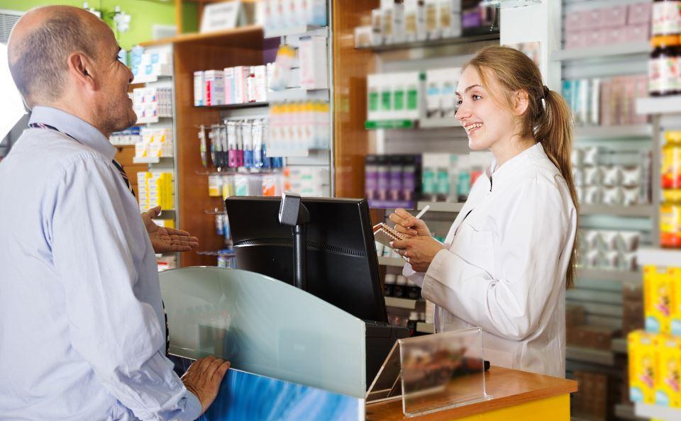 Apothekerin berät Kunden