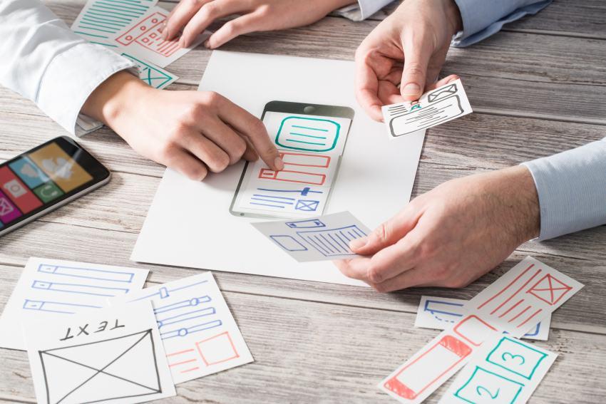 App Entwickler mit Papier-Skizze