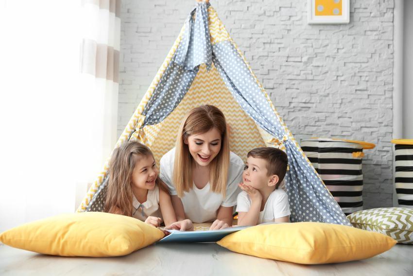 Babysitterin mit Kindern im Zelt