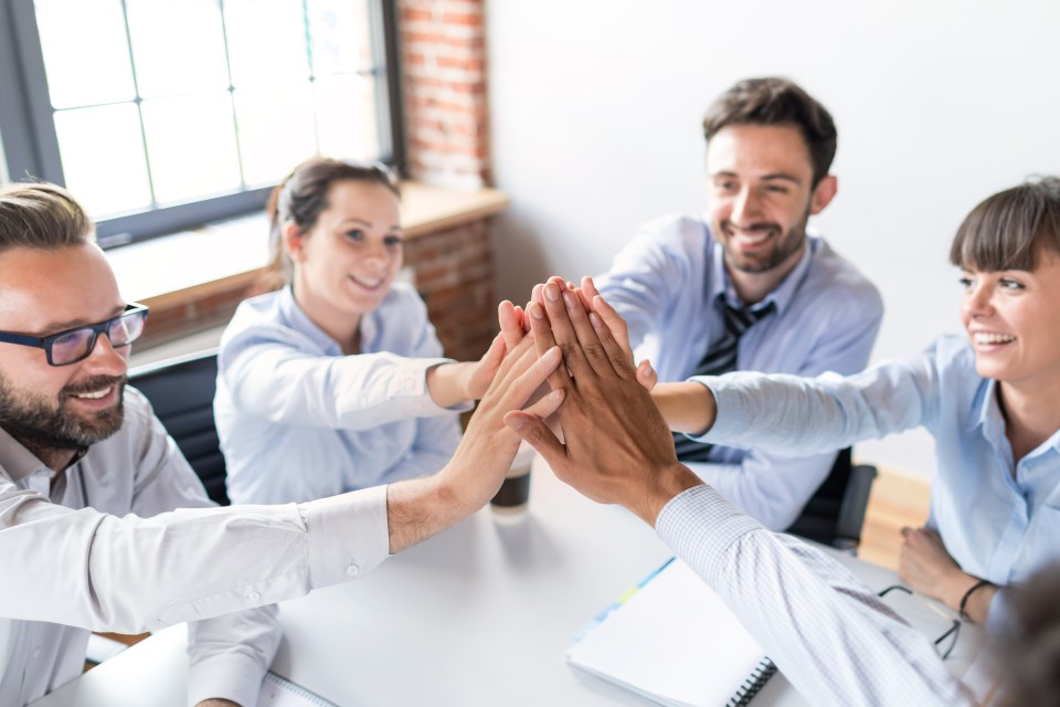 Team Mitarbeiter klatscht Hände