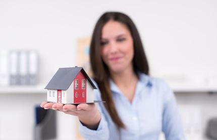 Baufinanzierungsberaterin mit Haus