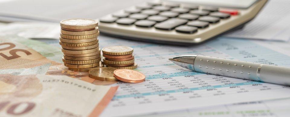 Münzen auf Schreibtisch