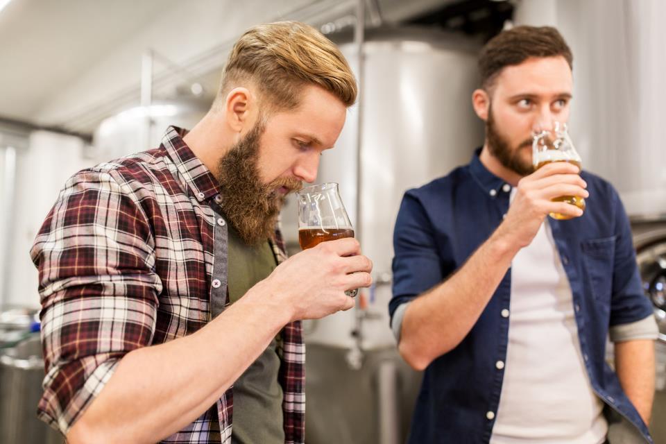 Brauer probieren Bier