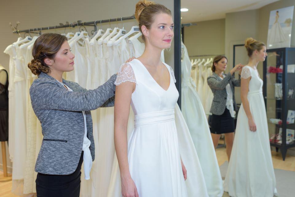 Anprobe Brautkleid im Brautmodengeschäft