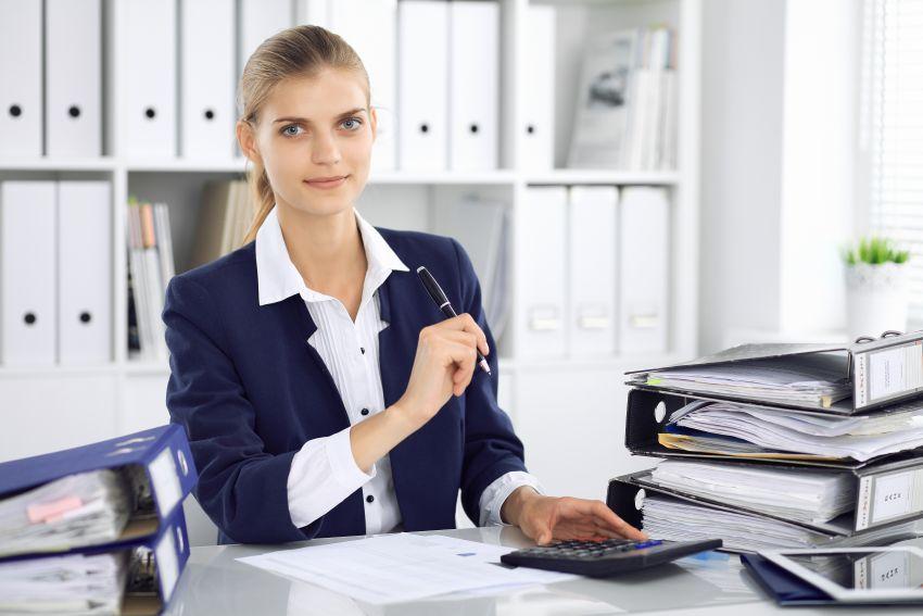 Buchhalterin am Schreibtisch
