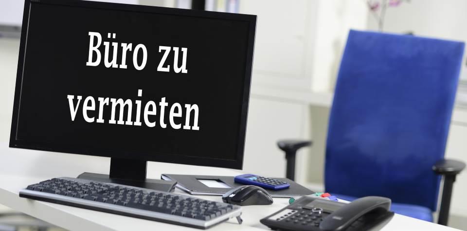 Arbeitsplatz mit Schild Büro zu vermieten