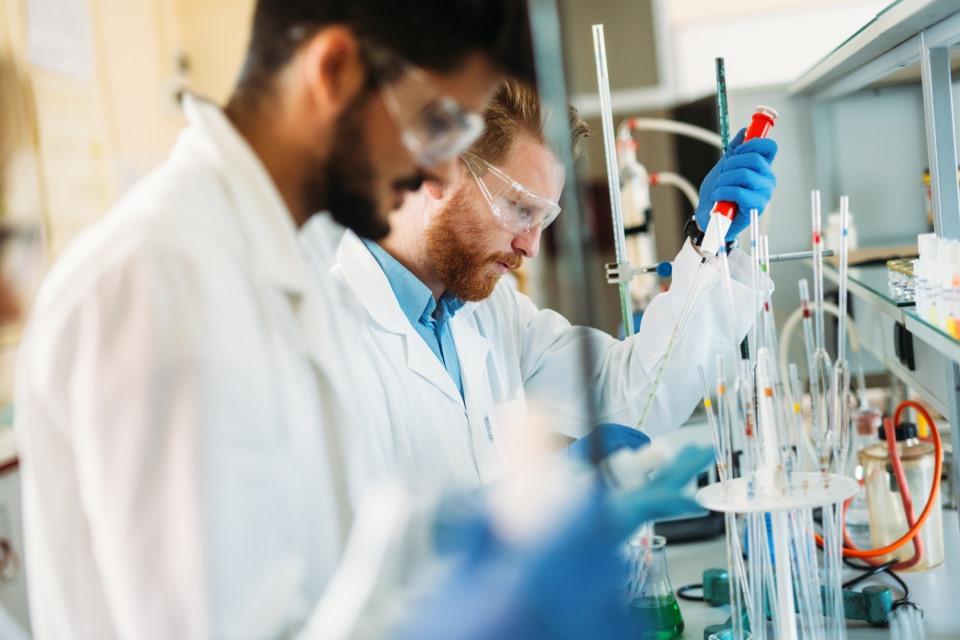 Chemiker im Labor mit Pipette
