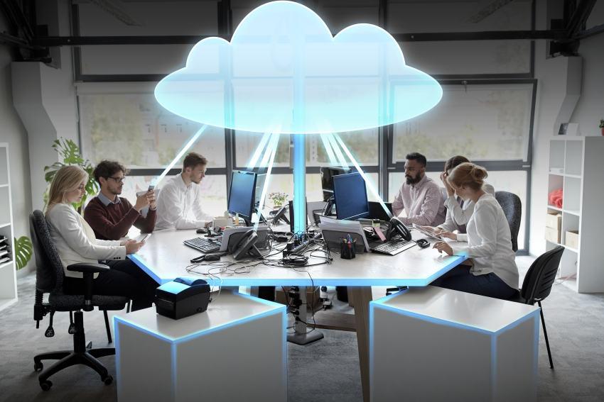 Mehrere User am Tisch mit PCs