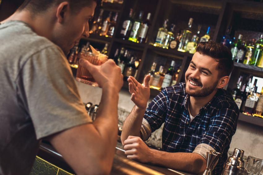 Gespräch in Cocktailbar