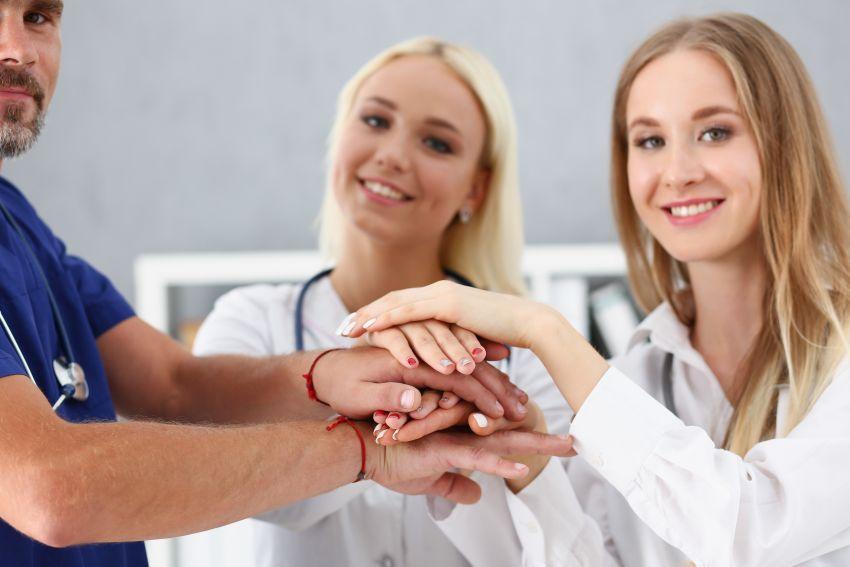 Hände übereinander Pflegekräfte
