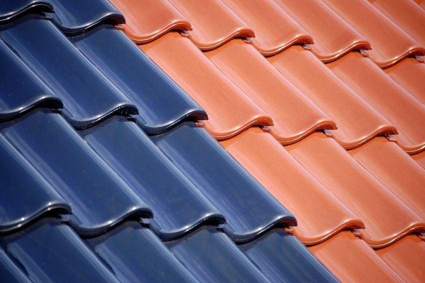 Dachziegeln rot und schwarz