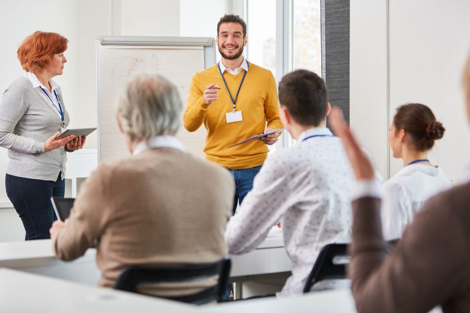 Dozent hält Seminar