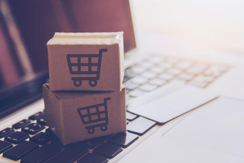 Kisten mit Warenkorb auf Tastatur