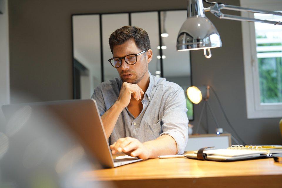 Einzel-Unternehmer am Bildschirm