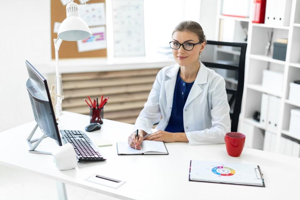 Endokrinologin sitzt am Schreibtisch
