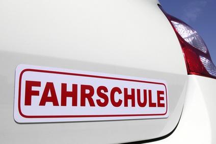Auto Heckansicht mit Schriftzug Fahrschule