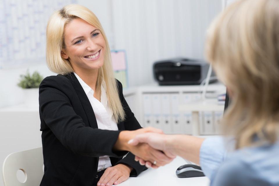 Finanzberaterin begrüßt Kunden