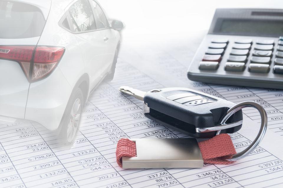 Firmenwagen Schlüssel und Taschenrechner