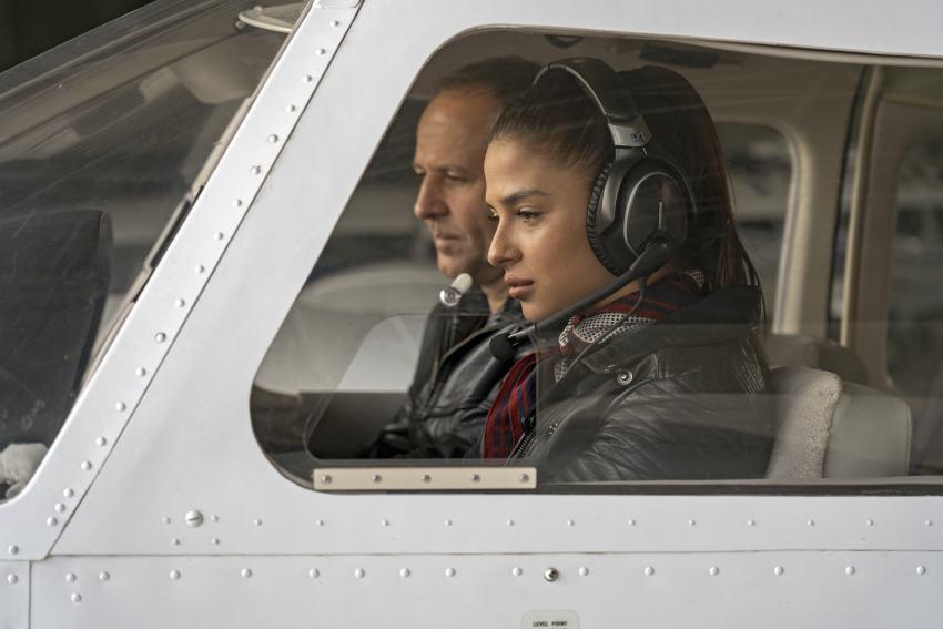 Fluglehrer mit Schülerin im Flugzeug