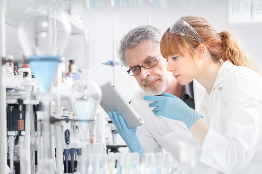 Frau forscht im Labor