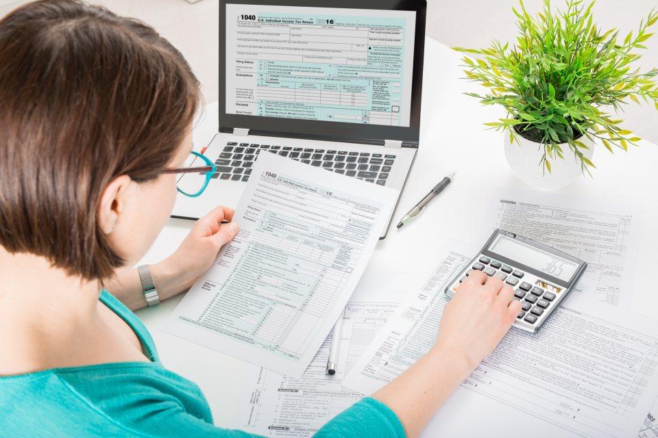 Frau am PC mit Steuererklärung