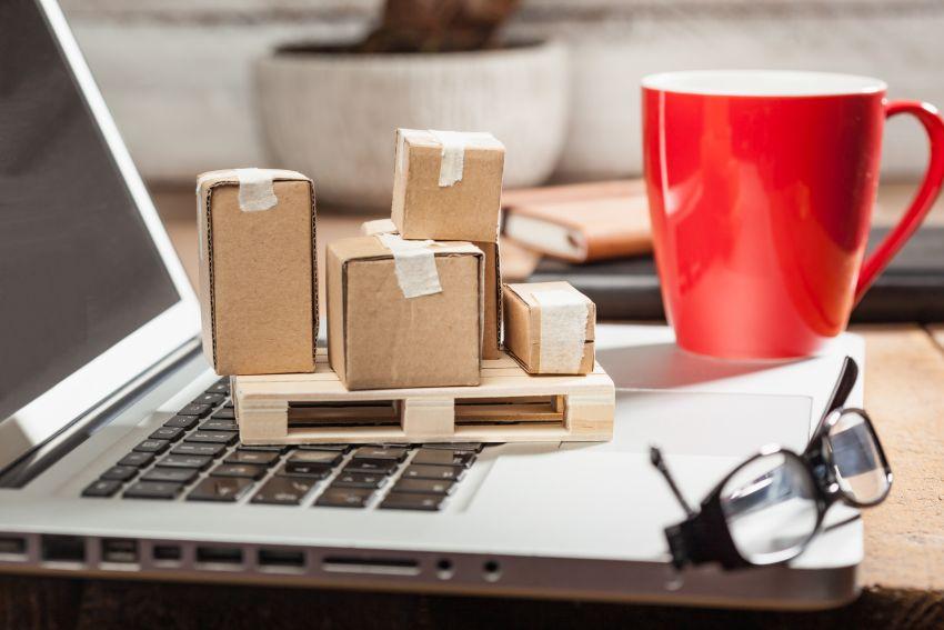 Fulfillment - Paketmodelle auf Notebook