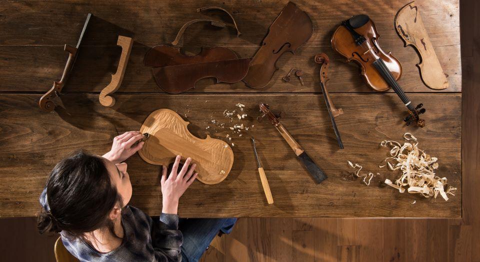 Frau baut Geige zusammen