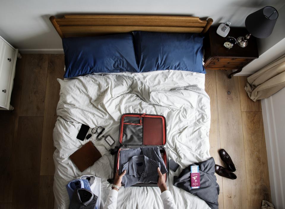 Geschäftsreise Bürosachen auf Bett