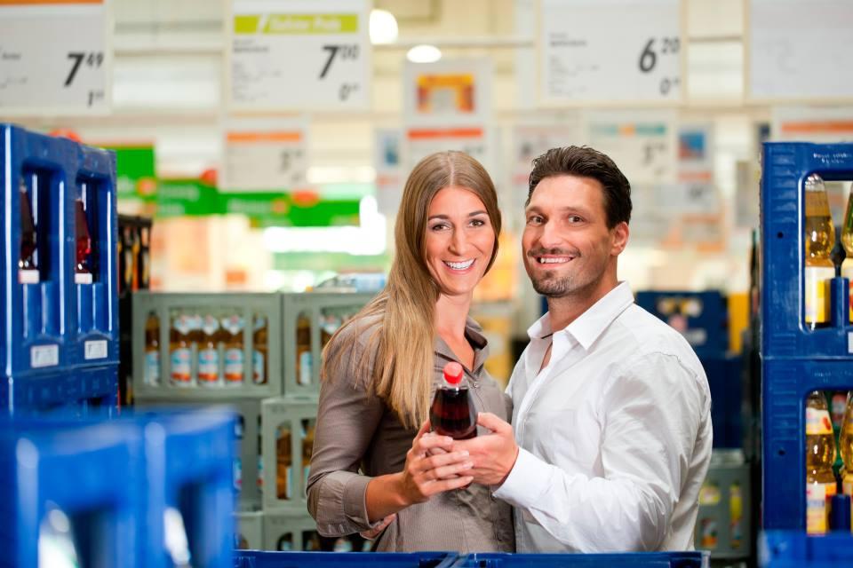 Paar kauft ein im Getränkemarkt