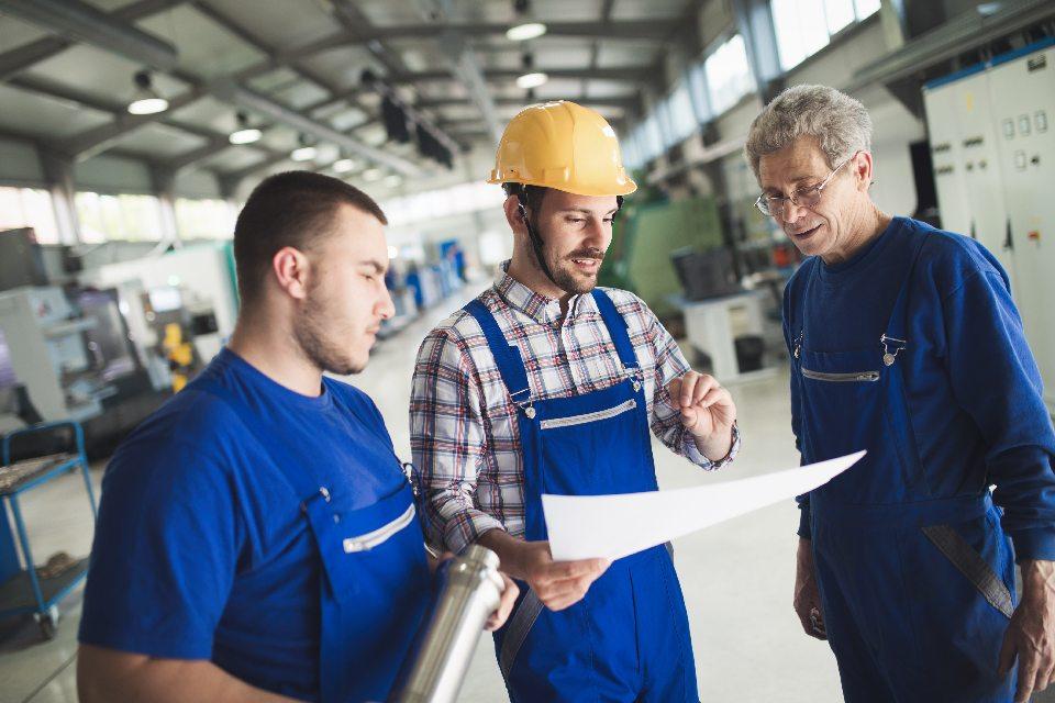 Handwerker mit Bauplan
