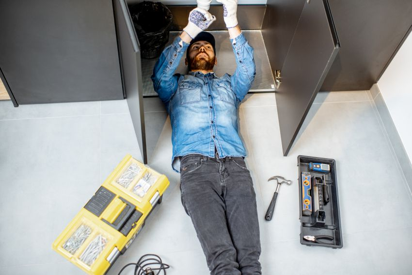 Hausmeister repariert Spüle