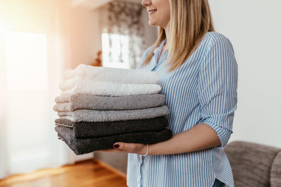 Hauswirtschafterin trägt Wäsche