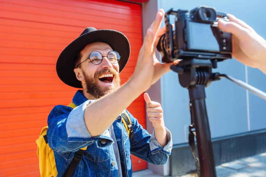 Influencer bedient Kamera
