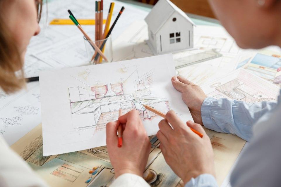 Innenarchitekt bei der Planung mit Skizze
