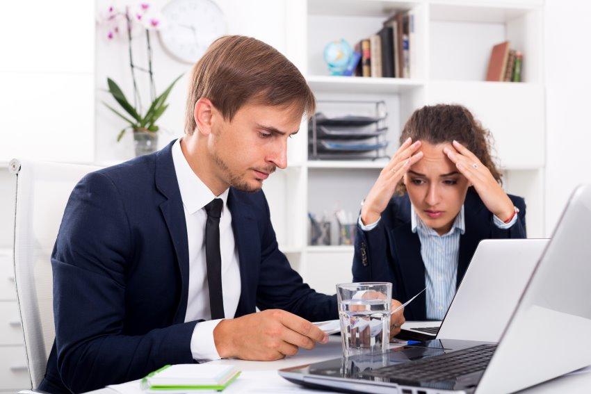 Insolvenzverwalter mit Klientin am PC