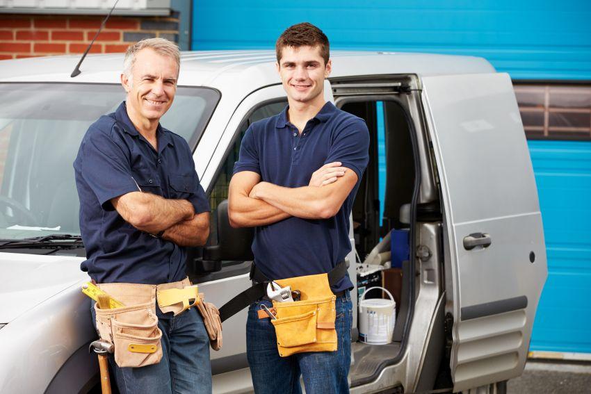 Installateure vor Lieferwagen posierend
