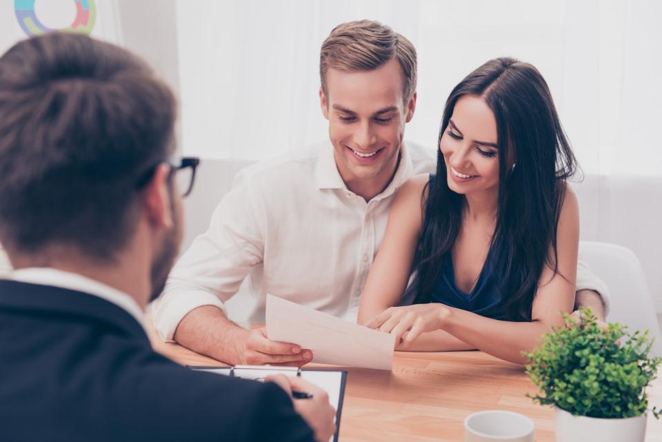 Ehepaar sichtet Angebot vor Berater