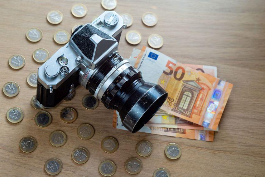 Kamera auf Tisch mit Münzen
