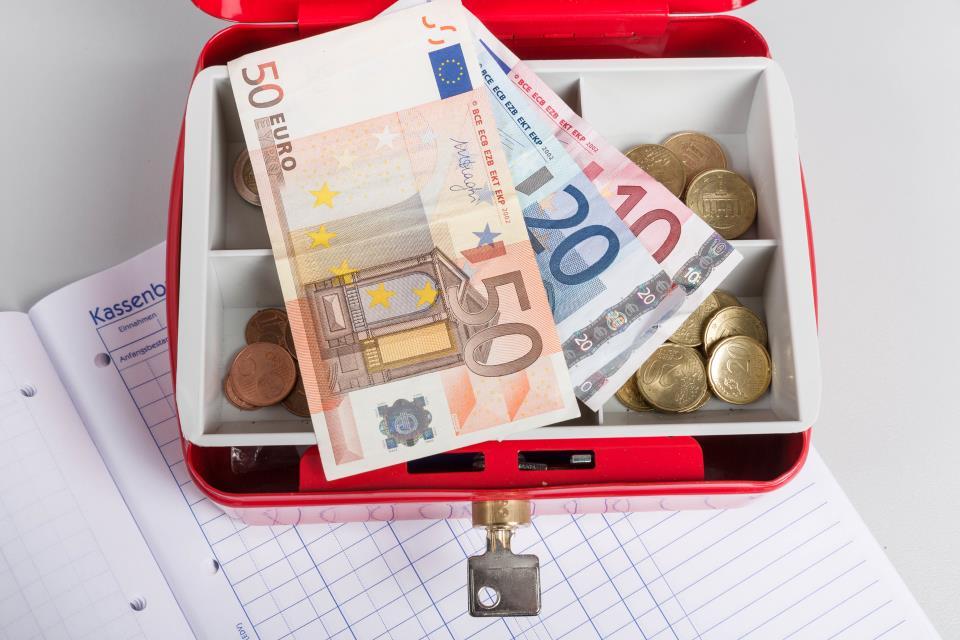 Geldkassette auf Kassenbuch