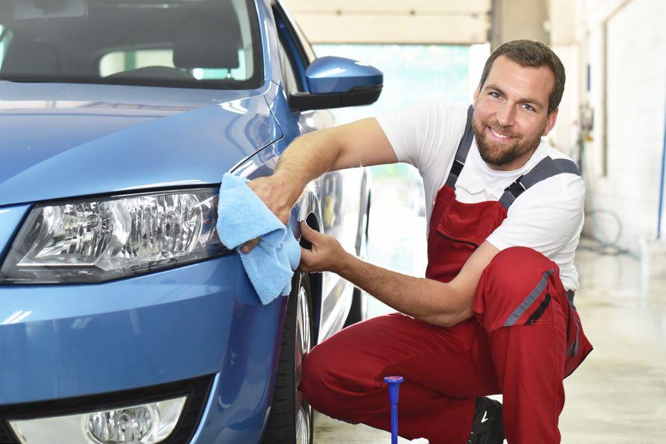 Mann bei der Auto Aufbereitung