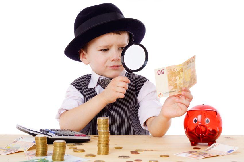 Kind als Chef am Schreibtisch mit Geld