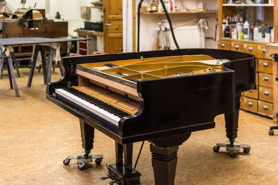 unfertiges Klavier in Werkstatt