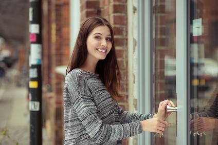 Junge Kleinunternehmerin schließt Ladenlokal auf