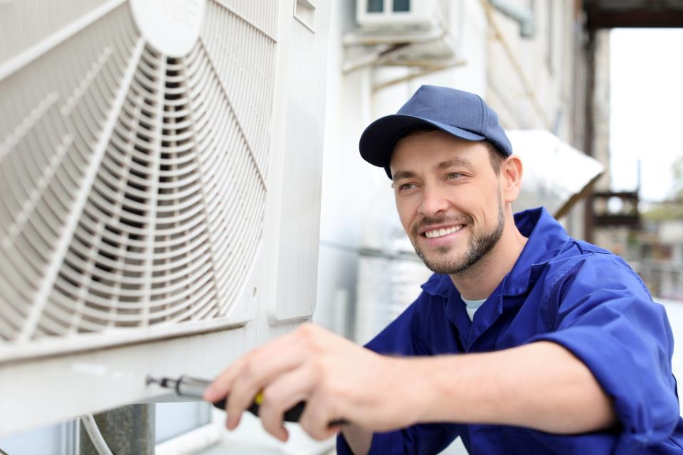Techniker installiert Klimaanlage