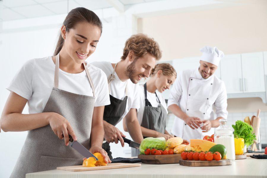 Schüler im Kochkurs