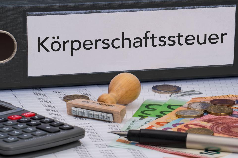 Ordner mit Aufschrift Körperschaftssteuer