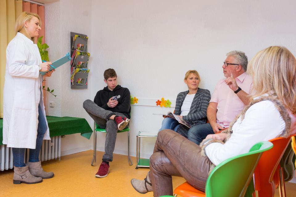 Patient im Wartezimmer wird aufgerufen