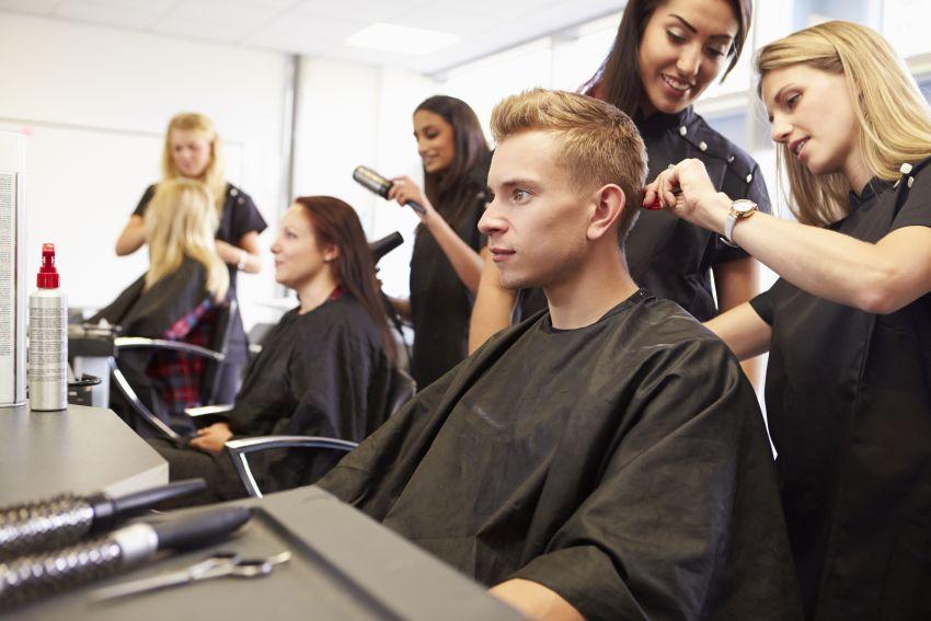 Kunden beim Friseur