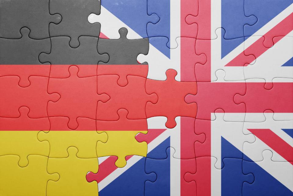 Puzzle mit Deutschland und England Fahne