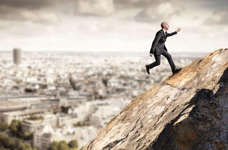 Manager joggt Felsen hoch